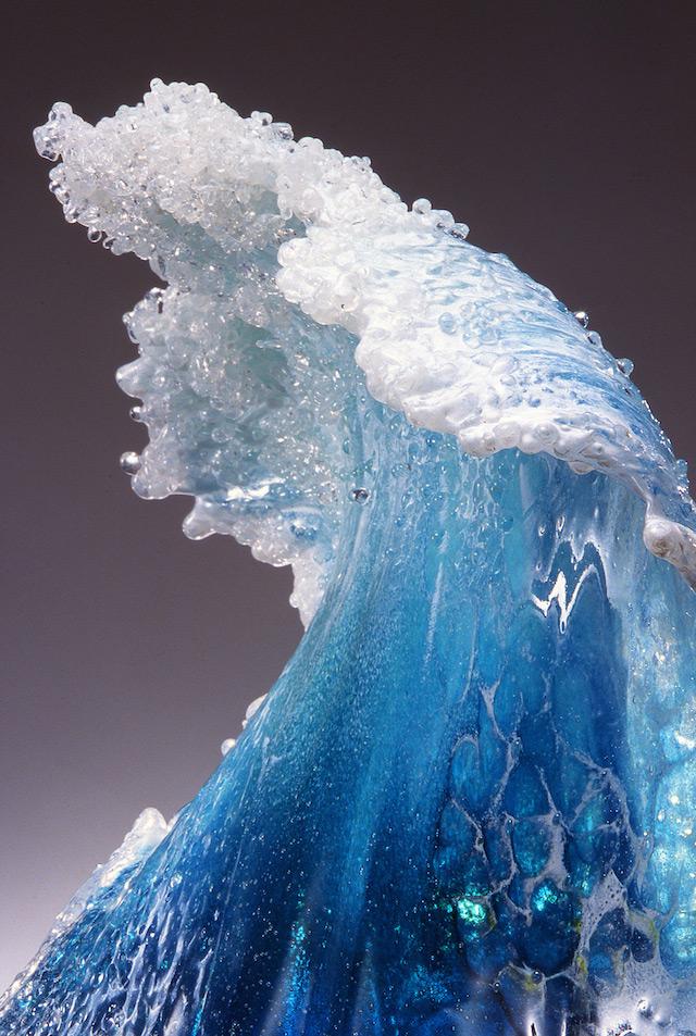 Esculturas de ondas feitas em vidro