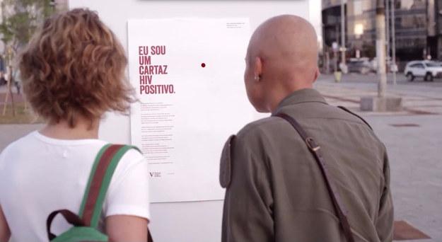 Pessoas lendo os cartazes