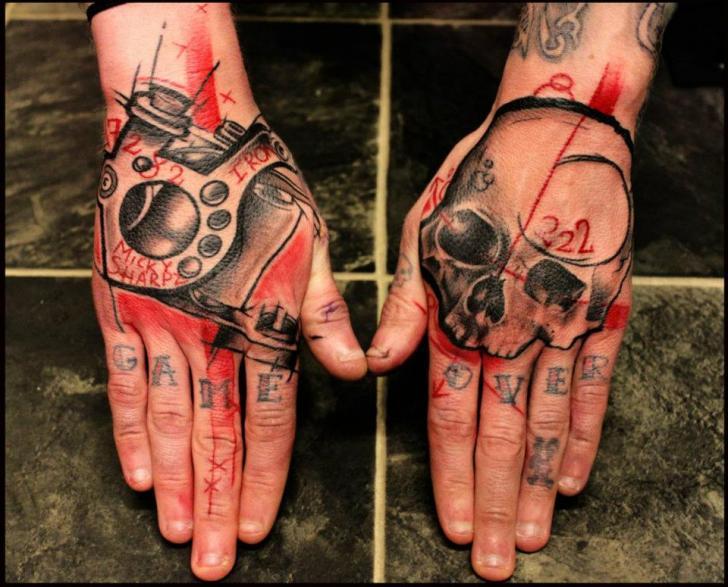 tattoo-hand-trash-polka-skull